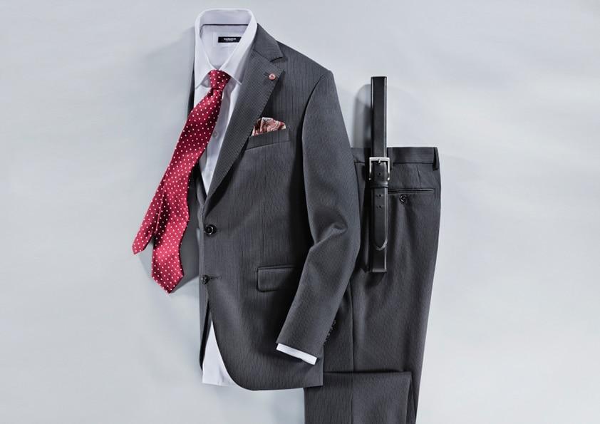 Mann im grauen Anzug