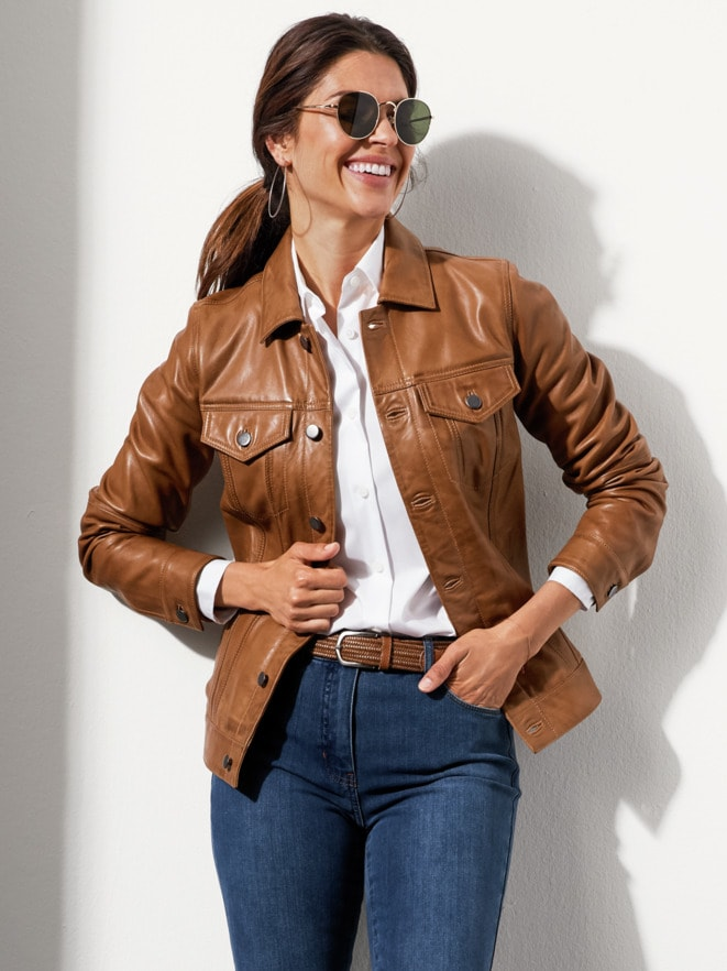 Modischer Jeansjacken-Look